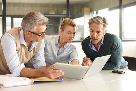 Business people in a meeting using tablet Banque d'images