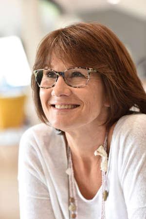 damas antiguas: Retrato de mujer senior sonriente