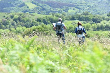 hombres maduros: Pares mayores en un día de excursión en el campo
