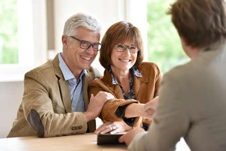 asesor financiero reunión mayor de los pares para la inversión Foto de archivo