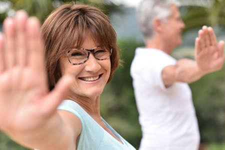 persona mayor: Gente mayor que hace ejercicios de estiramiento Foto de archivo