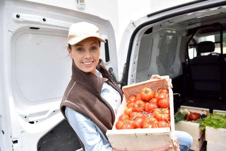 Vrolijke boer het leveren van verse groenten Stockfoto - 58792044