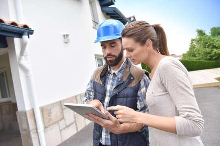 何が固定されているを示すクライアントを持つ技術者