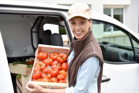 Vrolijke boer het leveren van verse groenten