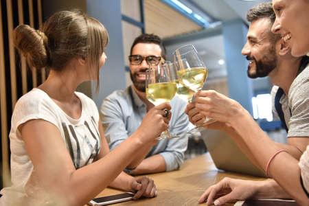 grupos de personas: Grupo de gente joven que anima con las copas de vino