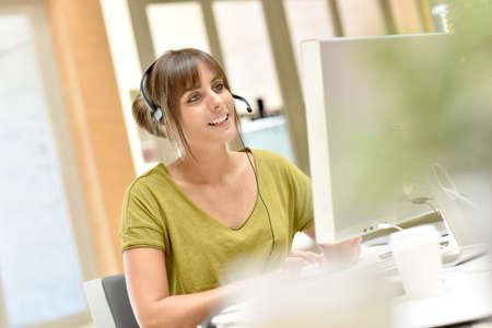 Portrait de téléopérateur travaillant dans le bureau
