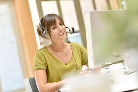 Retrato de teleoperador trabaja en la oficina