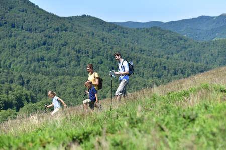 家族 4 人、山でハイキング