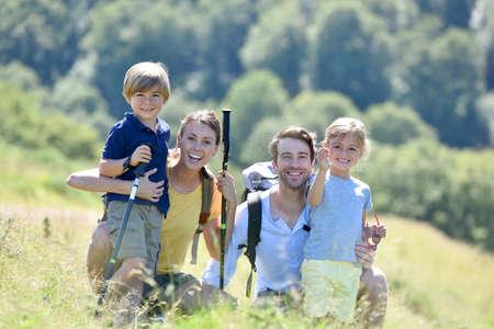 山でハイキングの日に幸せな家族の肖像画 写真素材