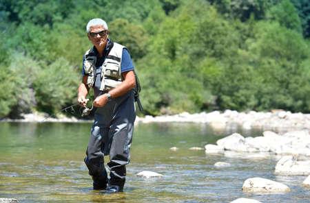 botas altas: pesca elenco Pescador en el r�o de monta�a