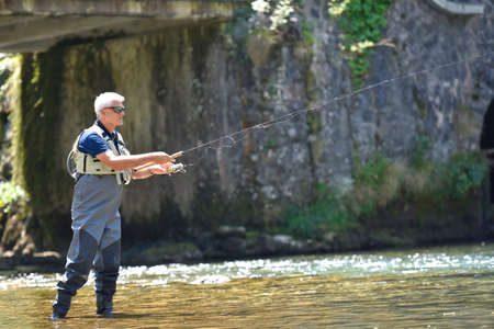 botas altas: pesca elenco Pescador en el río de montaña