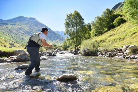 pecheur: pêche FLYFISHERMAN dans la rivière de montagne