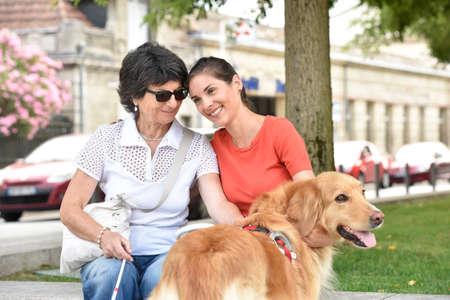 Niewidoma kobieta i homecarer relaks na ławce