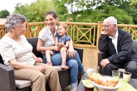 Nieta visitando los abuelos en el hogar de alto nivel