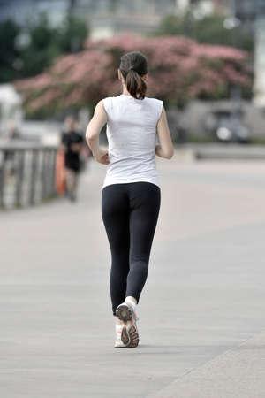 Running vrouw in de stad
