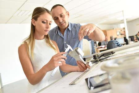 Junge Frau in der Ingenieurausbildung Klasse Standard-Bild - 67085373