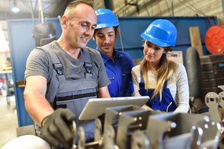 Jongeren in de metallurgie training klasse