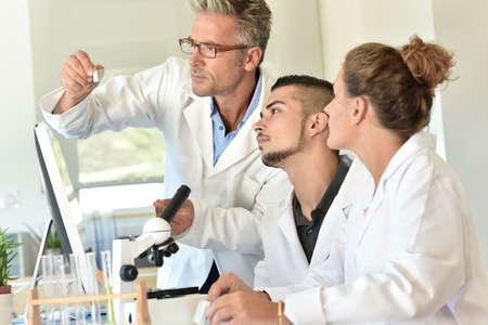 Studenten in de biologie het bijwonen van de training met microbioloog Stockfoto - 62615786