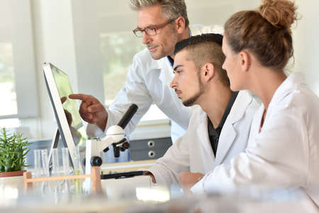 Students in biology attending training with microbiologist Reklamní fotografie - 62615934