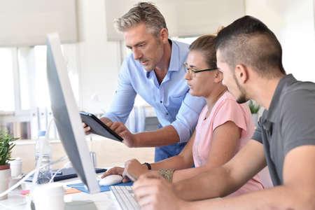 curso de capacitacion: Los estudiantes en curso de formación de diseño que usa la tableta