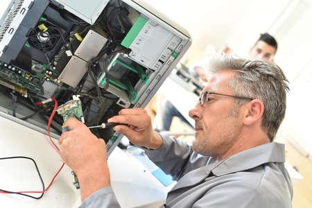 electricista: equipo técnico eléctrico fijación de disco duro