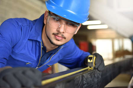 Young man in ironworks training course Banque d'images