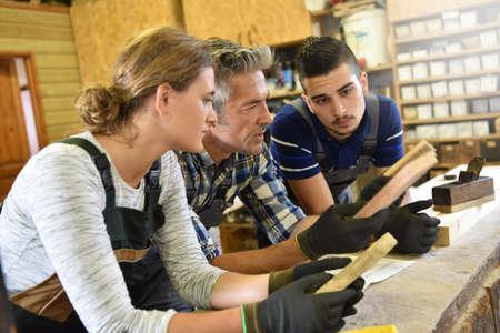 curso de capacitacion: Grupo de estudiantes en curso de formación de carpintería