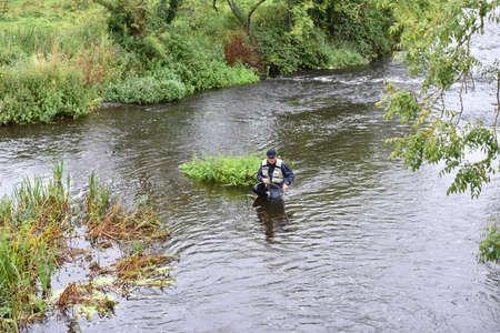 waders: Vista superior de pescador con mosca pesca en el río Foto de archivo