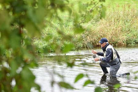 waders: La pesca con mosca pescador en río para coger la trucha marrón