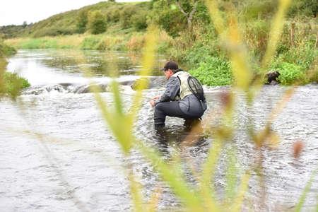 waders: Mosquero se arrodilló en el río