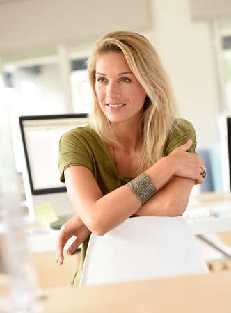 Portrait de la belle femme blonde dans le bureau