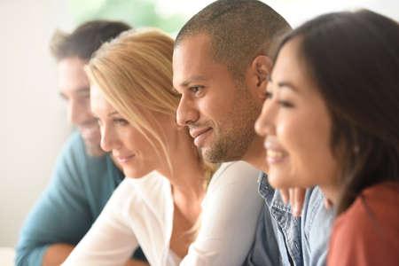 Groupe de personnes ethniques assister à une réunion