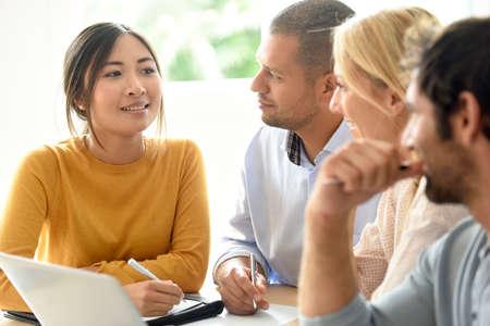 사무실에서 상호 작용하는 비즈니스 작업 그룹 스톡 콘텐츠