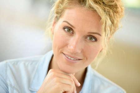 mujer bonita: Portrait of beautiful middle-aged blond woman