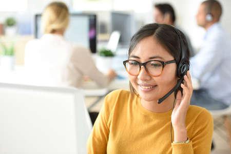 assistente del servizio clienti che lavorano in ufficio