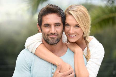 atractiva pareja abrazándose