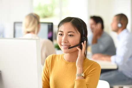 servicio al cliente: asistente de servicio al cliente que trabaja en oficina Foto de archivo