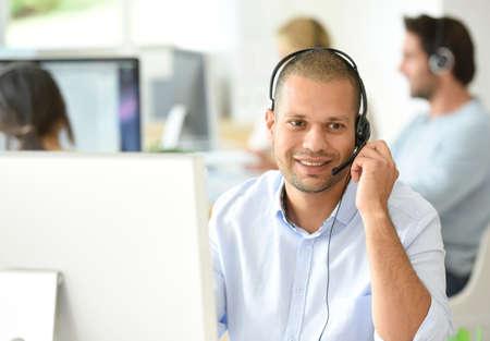 Customer service operator werken in het kantoor