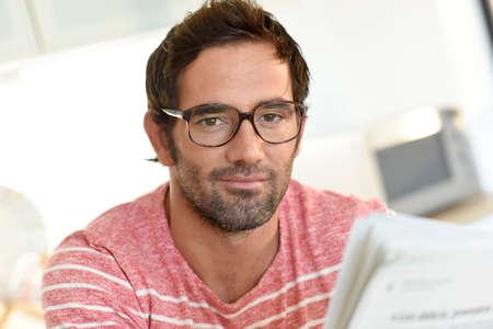 집에서 남자의 독서 신문 스톡 콘텐츠