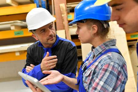 insegnante di carpenteria con tavoletta di formare apprendisti