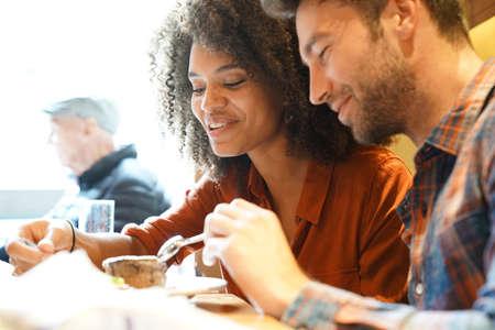 초콜릿 케이크를 먹는 레스토랑의 커플