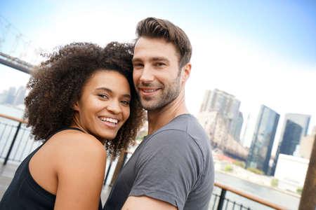 pareja abrazada: Pareja en traje de ejecución que se abrazan