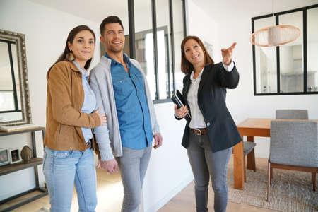 Paar met makelaar een bezoek aan huis te koop Stockfoto - 67348914