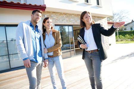 Paar met makelaar een bezoek aan huis te koop