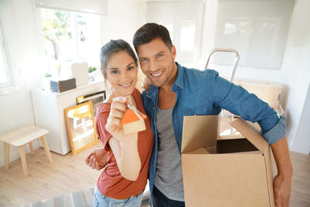 Happy couple showing keys of new home Banque d'images