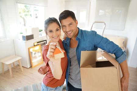 Glückliches Paar, das Schlüssel des neuen Hauses zeigt Lizenzfreie Bilder
