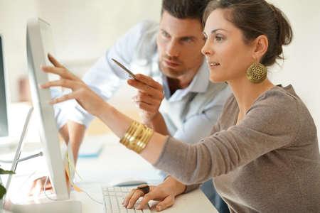デスクトップで一緒に働いて起動ビジネス パートナー 写真素材