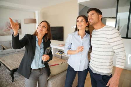 판매를위한 집 방문 부동산업자와 부부