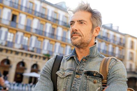 persona viajando: Hombre maduro visitar la ciudad europea