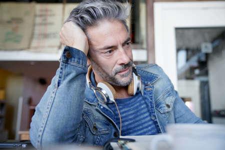 hombres maduros: Retrato de hombre maduro con el pelo gris y anteojos